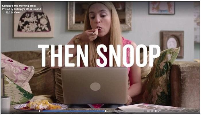 Ces pubs encouragent les femmes à grignoter du yaourt aux fruits et aux Corn Flakes tout en « espionnant » leurs copines sur Internet (snoop = espionner)